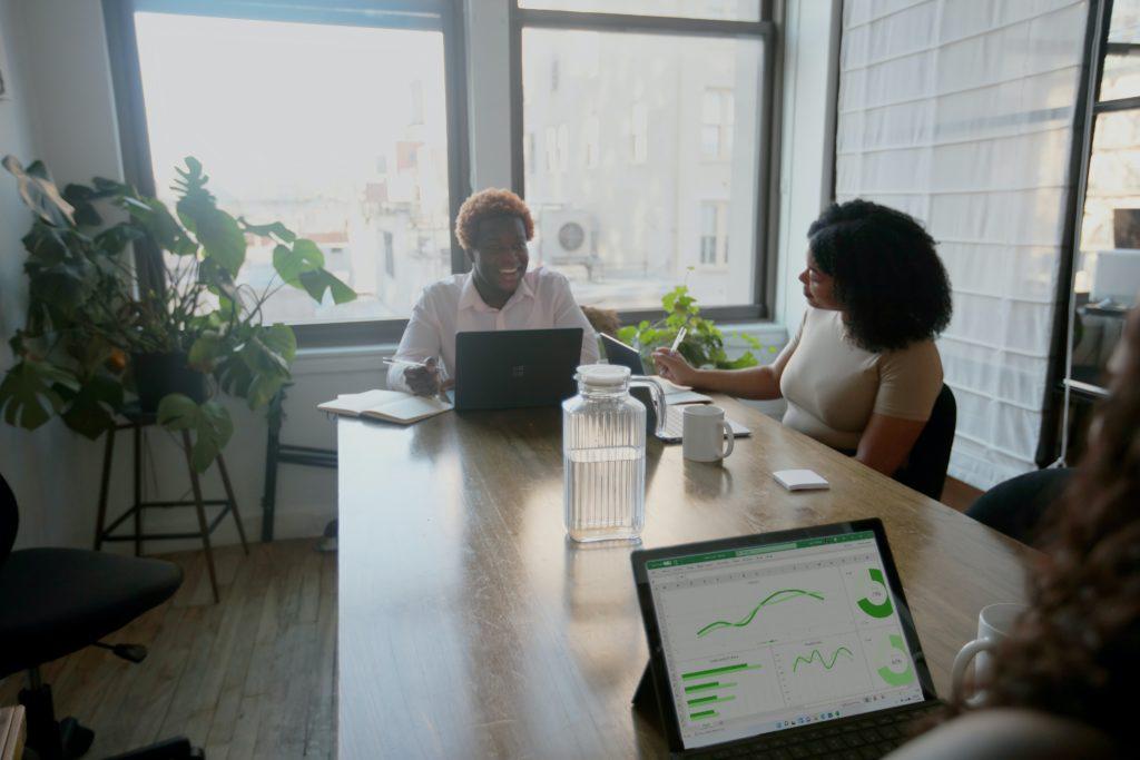 2 pratende vrouwen aan tafel